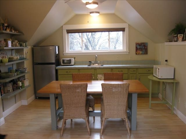 Beautiful Studio w Deck and Garden near Downtown - Missoula - Lejlighed