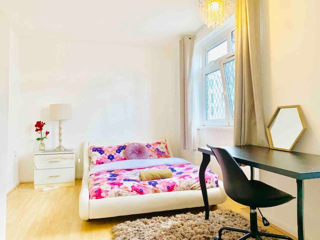 Room 1 min walk from metro.