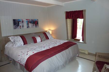 Très Grand lit Aub Petite Plaisance - La Malbaie  - Bed & Breakfast