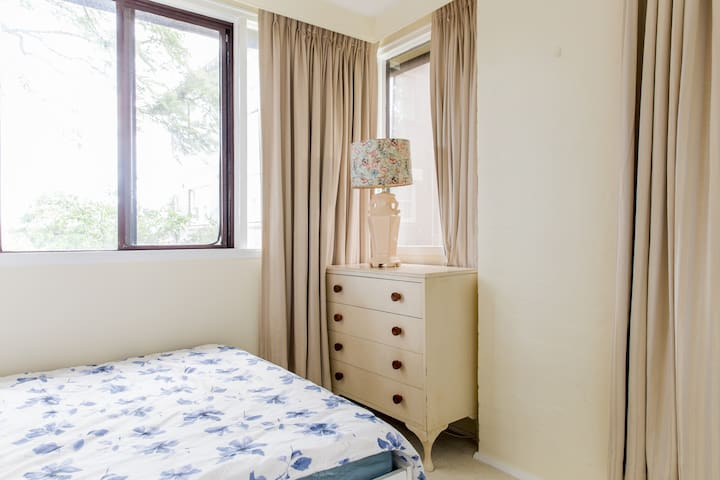 Cremorne quiet home short to bus and ferry Room2