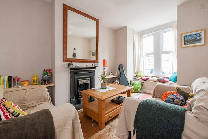 Comfortable two bedroom house in Bristol