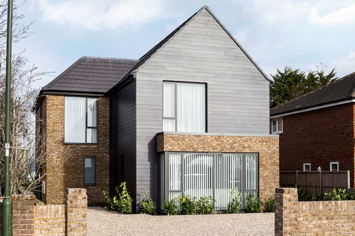 Nutfield · Stylish new home for 10! spacious, garden, parking