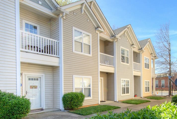 Intimate Townhouse Near Uptown & Parkwood Station!