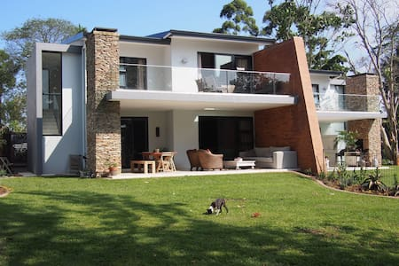 Spacious, safe, modern home. - Kloof - Hus