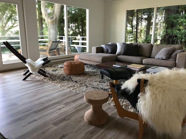 Private Designer Retreat- Sweeping Bay Views