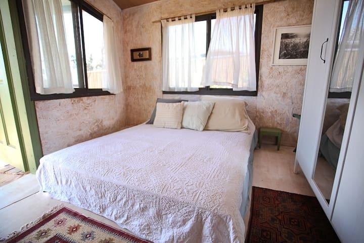 חדר שינה עם דק הפונה לנוף וערסל