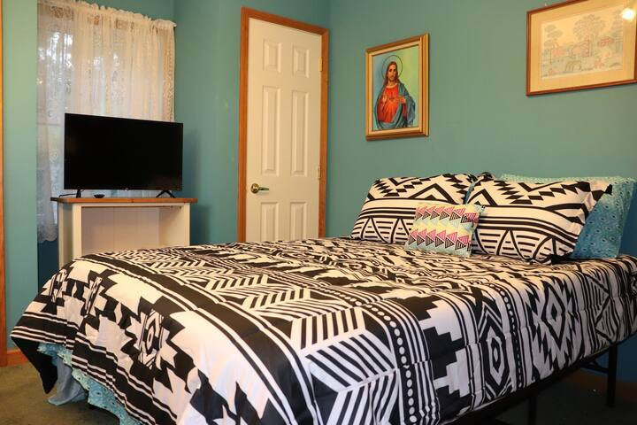 Affordable, cozy Queen bed by Stockton University!