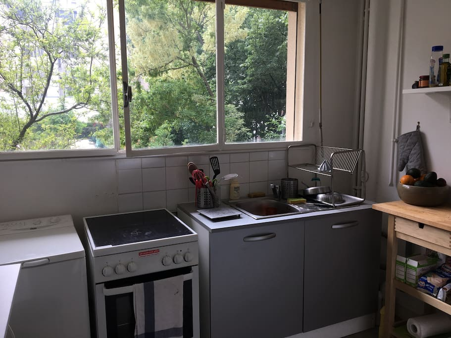 Fully equipped kitchen : washing machine, oven, microwave, fridge, fresh squeeze juice machine, kettle, nespresso machine