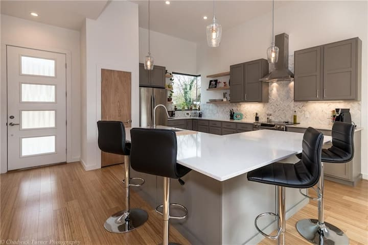 Breathtaking Modern Home - Fayetteville - House