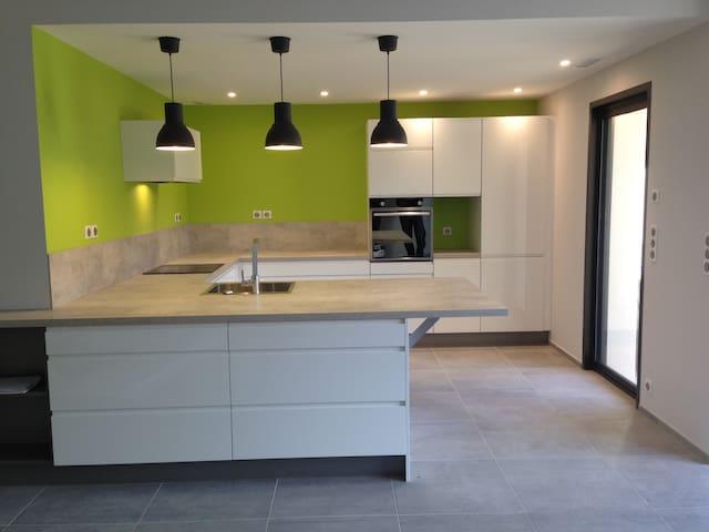 Espace cuisine ouvert sur le salon et la salle à manger