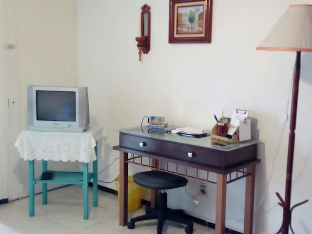 La recámaras cuenta con una mesa para lap top, tv con cable.