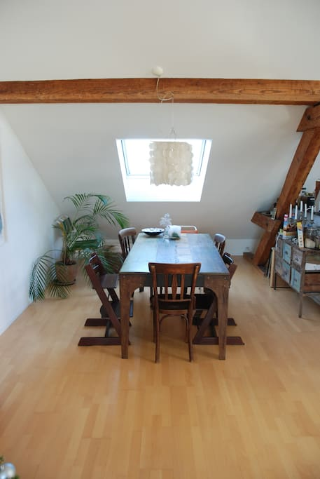 Dining table, hosts easily 6-8 people.