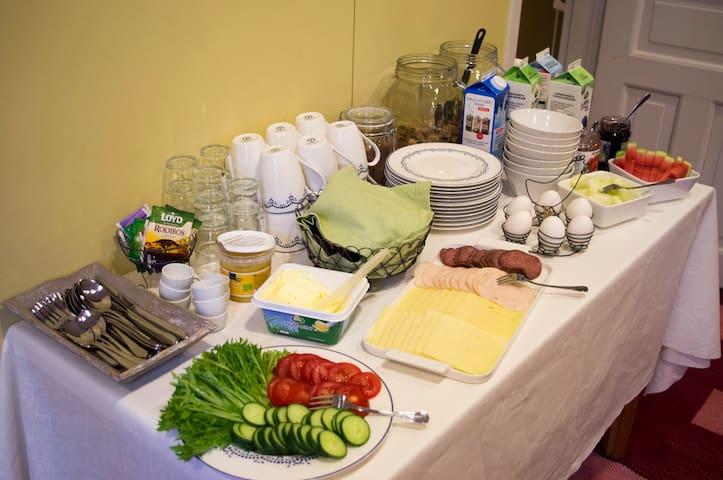 Villa Högbon runsas aamiainen.