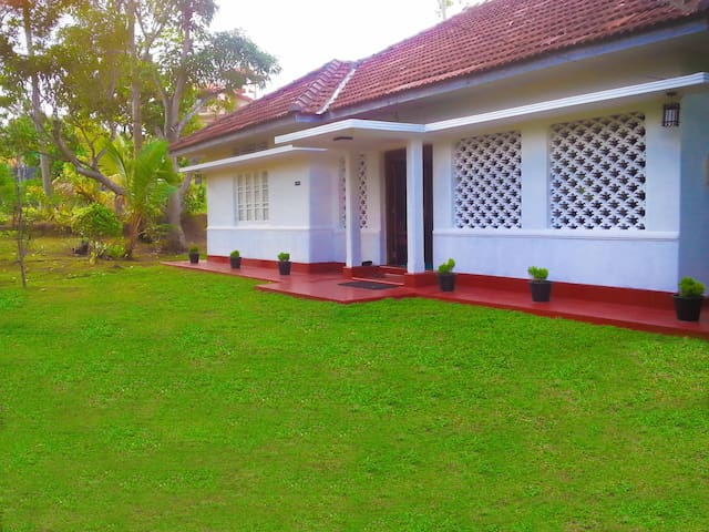 Renovated Old Colonial Style Mount View  Bungalow - Hikkaduwa - Huis