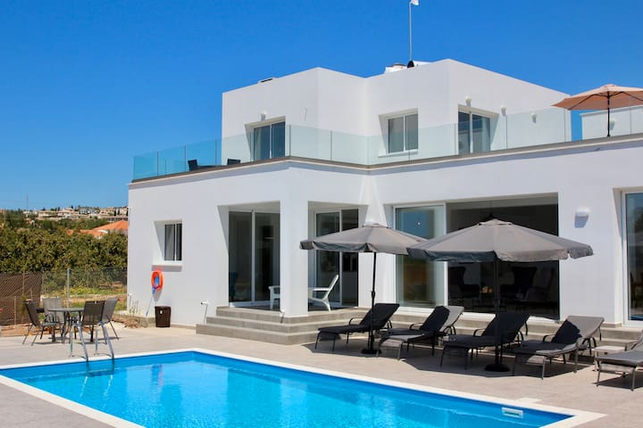 ★ Large Pool + Rooftop Patio w Sea Views ★