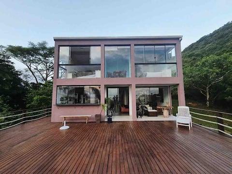 Hus med panoramautsikt på et fredelig sted