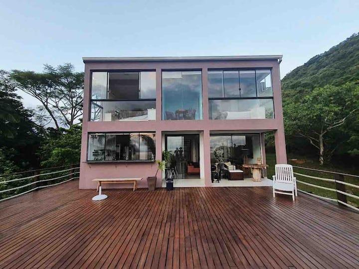 Casa com vista panorâmica em local tranquilo