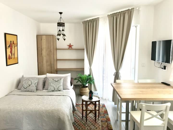 Cocoville studio apartment 2 by the beach-Makarska