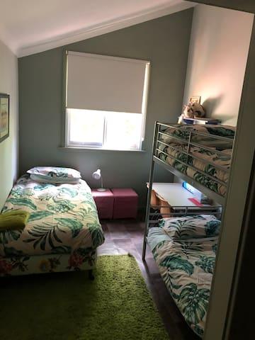 Kids Bunk Room - 3 single beds