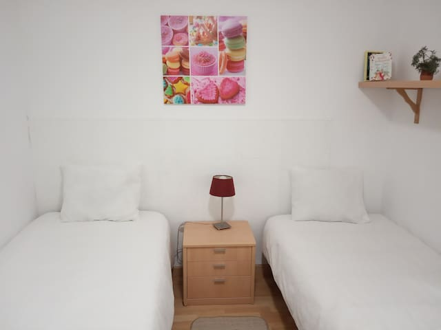 Spacious room 20min to Madrid, 30 by car to IFEMA