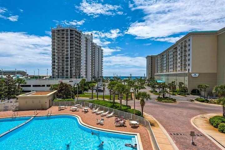 Coastal condo w/ shared pool and hot tub, easy beach access, close to golf!