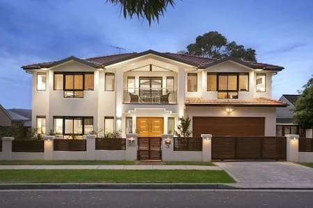Luxury living close to beautiful Northern Beaches - Narraweena - House