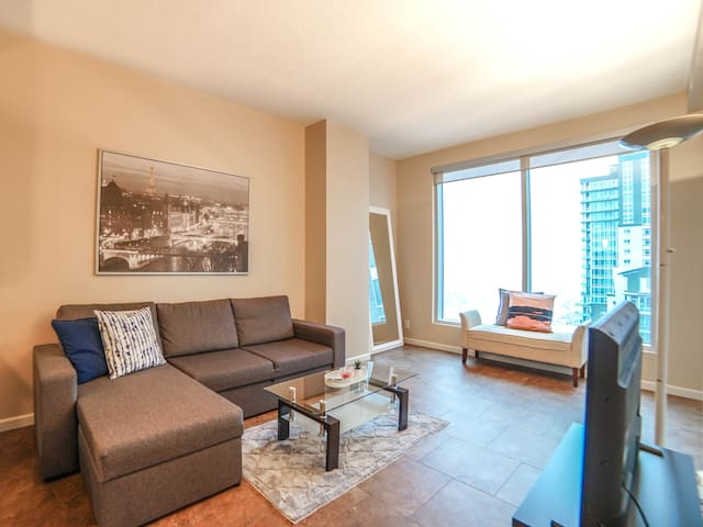 Enjoy Downtown Living at a DISCOUNT Cozy Condo YYC