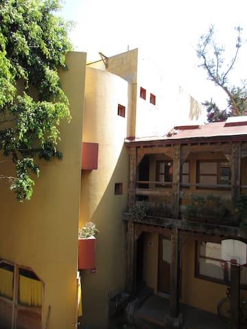 Una vista de la casa, su arquitectura es única en México, con estructura y acabados de madera.