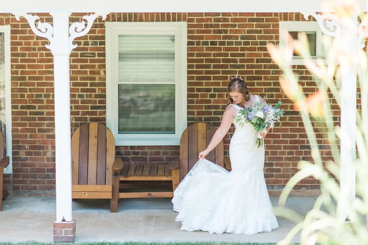 Weddings at The Modern 1850s Farmhouse - Luray - House