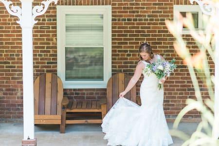 Weddings at The Modern 1850s Farmhouse - Luray - Casa