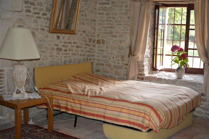 Belle chambre indépendante dans une tour médiévale