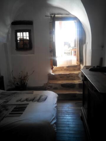 Accès à la chambre voûtée par un escalier en pierre....attention à la poutre en descendant