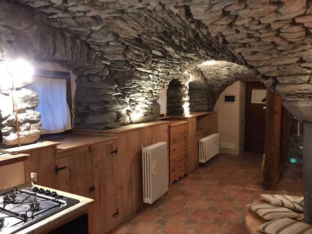 Appartamento dalle volte in pietra.