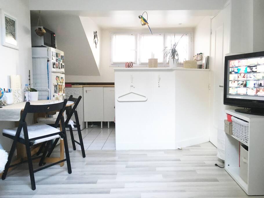 Boissons fraîches dans le frigo, meubles à votre disposition, Freebox