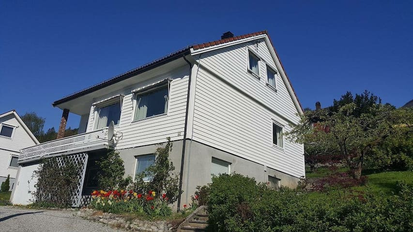 Own house and garden in beautiful Stryn - Stryn - Dom