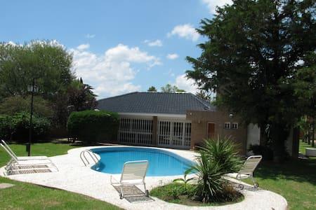 Propiedad con gran parque,pileta y cancha de tenis - Villa Carlos Paz - Casa