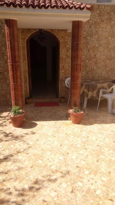 Entrée : vaste cour avec 2 petits jardins, table et des chaises pour profiter du soleil - possibilité animaux mais uniquement  dans la cour