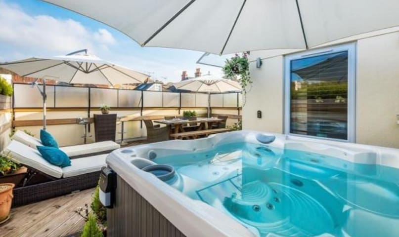 Luxury Penthouse with PVT Hot Tub - Whyteleafe