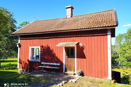 Strandnära, mysig stuga i vackra Bråbygden.