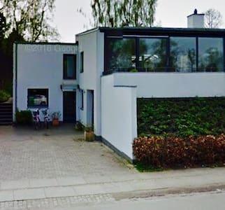 Tæt på København - Grønt område - nemt med bus/tog - Bagsværd - House