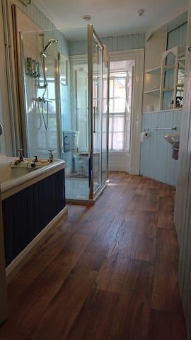 Main bathroom Henry