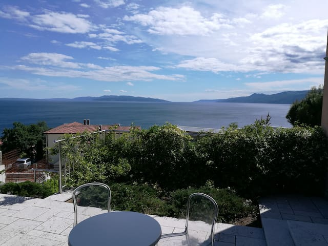 Apartment with a beautiful view in Villa Azra