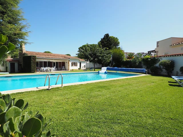 Beautiful house with large garden, private pool and independent studio.