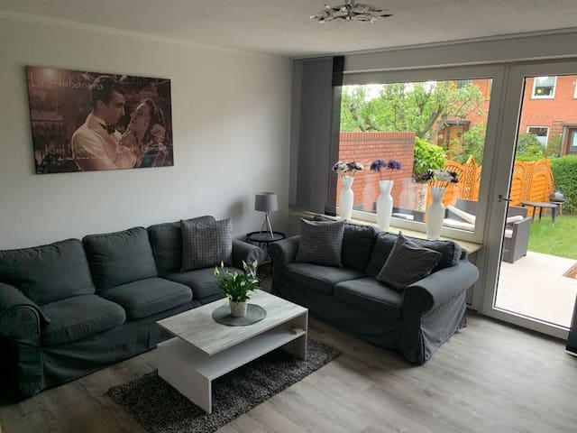 Wohnzimmerbereich mit Zugang zur Terrasse und Garten