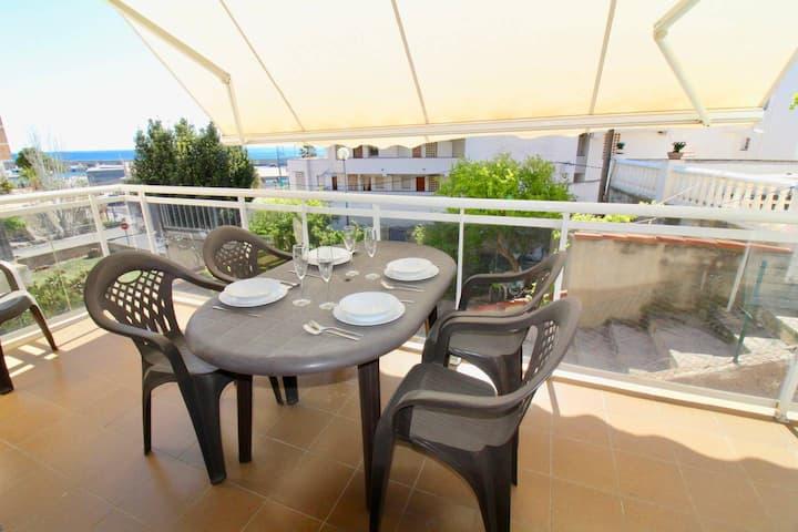 Récent avec terrasse, piscine et vue port. A 300m de la mer
