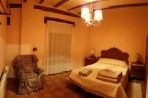 habitación principal con balcon