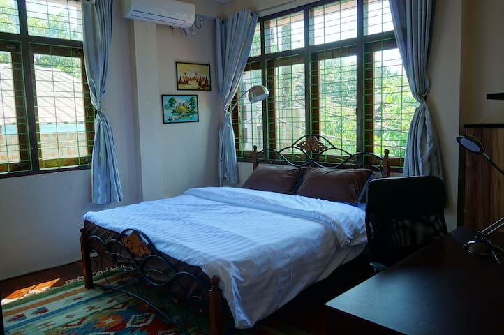Relaxing Room with Queen bed near Saya San Rd