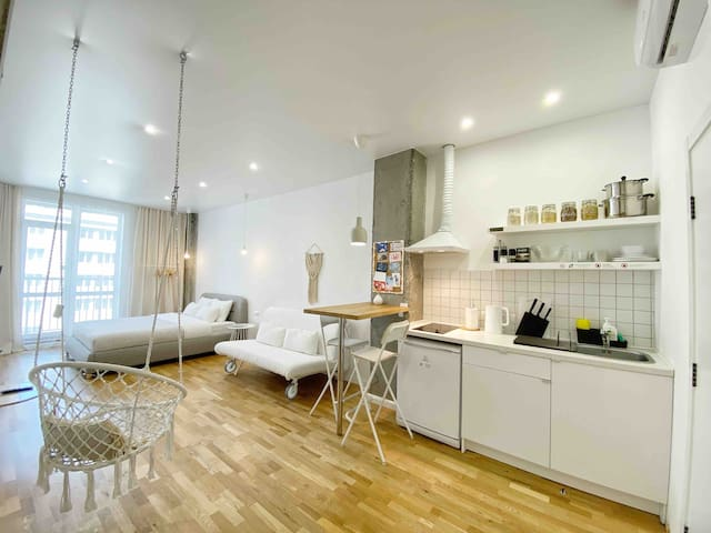 Stay at cozy Boho style apartment, city center