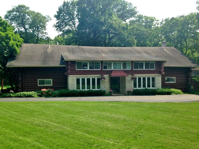 Log Haven Estate - Libertyville - Talo