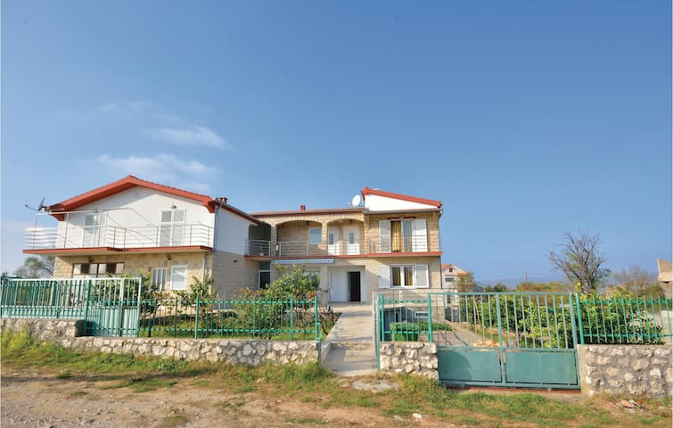 Semi-Detached with 5 bedrooms on 163 m²